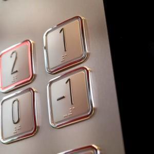 przyciski w windzie 25